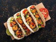 Рецепта Такос с тортила питки, авокадо, люти чушки, царевица и скариди